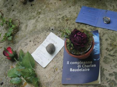 Un livre en italien sur la tombe de Baudelaire